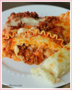 Easy Lasagna Our family's favorite lasagna recipe - not only because it's delicious but because it's so EASY! You don't even have to precook the lasagna noodles! With beef, pork, three cheeses, and tons of seasonings, you know this recipe is going to be a Lasagna Recipe Videos, Best Lasagna Recipe, Homemade Lasagna, Simple Lasagna Recipe, Lasagna Recipes, Recipes Dinner, Sauce Gnocchi, Pasta Sauce, Appetizers