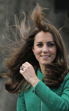 O vento descabela a duquesa de Cambridge, Kate Middleton, enquanto ela assiste ao Tour de França 2014 (Foto: AP Photo/Christophe Ena) - http://epoca.globo.com/tempo/fotos/2014/07/fotos-do-dia-5-de-julho-de-2014.html