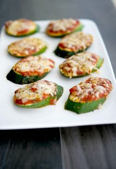 Pizza Turn your garden fresh zucchini into a healthy snack or appetizer with these Zucchini Pizzas. The kids will love them.Turn your garden fresh zucchini into a healthy snack or appetizer with these Zucchini Pizzas. The kids will love them. Healthy Snack Options, Healthy Snacks, Healthy Eating, Healthy Recipes, Appetizer Recipes, Snack Recipes, Appetizers, Cooking Recipes, Recipes Dinner