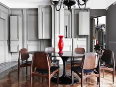 Alessandro-DellAcqua-Milan-home-dining-room-1960s-Italian-chairs-Saarinen-table-Murano-chandelier.jpg (1000×750)