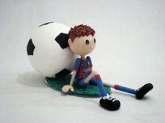 Topo de bolo jogador de futebol.  Personalizamos com seu time.  Medida da base: 24 X 12 cm  Altura: 13 cm  Material: Biscuit
