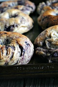 fresh from the oven NY style Blueberry Bagels make a delicious breakfast My family loves bagels. Especially good blueberry bagels. Blueberry Bagel, Vegan Blueberry, Cocina Diy, Bagel Sandwich, Homemade Bagels, Little Lunch, Ny Style, Bread Baking, Bread Food