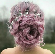 Low Chignon is a modern bridal hair sloppy bun which looks amazingly beautiful on bridesmaid as well. Holiday Hairstyles, Up Hairstyles, Pretty Hairstyles, Wedding Hairstyles, Purple Hair, Ombre Hair, Corte Y Color, Mermaid Hair, Dyed Hair