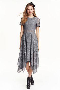Koronkowa sukienka: Koronkowa sukienka ze wstawkami z kontrastującej koronki. Długość do kolan, krótki rękaw i odcięcie w talii. Szeroki dół z asymetrycznym brzegiem. Z tyłu kryty suwak. Z dżersejową podszewką.
