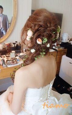 大きめ(5cm以内)→横につける うしろにも小さな花 つル状のグリーン  ステキ花嫁さまの人気ラプンツェルヘアー♡ の画像|大人可愛いブライダルヘアメイク『tiamo』の結婚カタログ