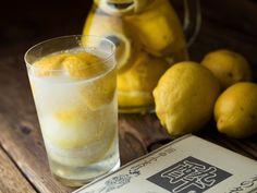 <The OPEN BOOK>のオーナー直伝! 冷凍レモンを使った、いつまでも薄まらず、味が濃い特製レモンサワーのレシピ(作り方)をご紹介します。