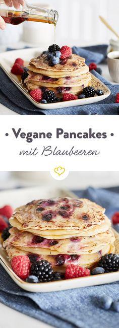 Du liebst Pancakes, willst aber auf tierische Produkte verzichten? Diese veganen Blaubeer-Pancakes sollten einfach zu jedem Sonntagsfrühstück dazugehören.