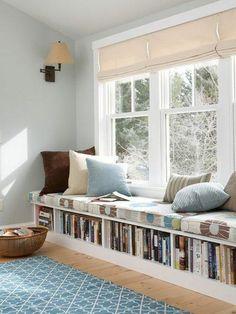 Eine Alternative zum Podest im Kinderzimmer: Eine breite Fensterbank mit Sitzpolstern, Kissen und genügend Stauraum für Bücher. Geht leider erst für größere Kinder, oder man muss die Fenster abschließbar machen.