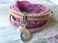 *Lässiges Wickelarmband*  Angefertigt aus verschiedenen Lederbändern und Seidenband verziert mit einem Peace Zeichen und böhmischen Glasperlen.  Das Armband wird 2x gewickelt und mit einem...