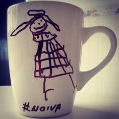 - Papai deixa eu desenhar na sua caneca? - Filha o que é isso? - É uma Noiva, você não é casado com a mamãe? Então ela é uma noiva! Café e arte da filha na caneca. www.diariodebordo.net.br #cafe #cafeina #caneca #noiva #mamae #princesa #arte