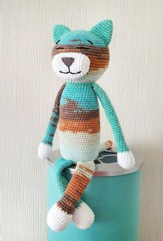 Free large Ami Cat crochet pattern This classic ami cat is easy-to-create and perfect to start with if you're a beginner. The size of finished amigurumi toy is about cm. Baby Knitting Patterns, Crochet Cat Pattern, Crochet Motifs, Crochet Patterns Amigurumi, Crochet Dolls, Loom Patterns, Gato Crochet, Crochet Teddy, Crochet Bear