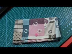 Cartera con solo dos costuras - YouTube Sewing Projects, Projects To Try, Diy And Crafts, Coin Purse, Boss, Patches, Baby Shower, Continental Wallet, Youtube