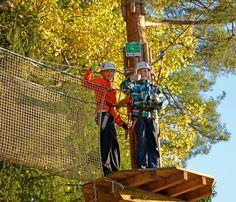 Pojat lähdössä liukuun vihreän alaradan tasanteelta. #seikkailupuisto #treetopadventure #espoo #finland