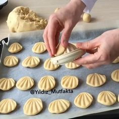 Keksit - Peanut Butter Cookies with Chocolate Cookie Recipes, Dessert Recipes, Homemade Pastries, Bread And Pastries, Food Decoration, Cookies Et Biscuits, Creative Food, Cookie Decorating, Sweet Recipes