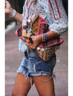 Le short en jean destroy avec une blouse bohème@Capture écran Pinterest / Sac Princesse