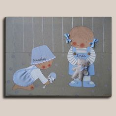 Cuadro hermanitos: con bebé  a gatas - Cuadro pintado a mano. Bastidor de madera de 61 x46 cm, entelado con lino color piedra. Motivo: 2 hermanitos. Aplicaciones en tela y  botones Todos nuestros cuadros van acompañados de una ficha técnica con un Nº de serie que acredita que es un producto único y original de Stencil Barcelona. Mini Yo, Kids Cards, Embroidery Applique, Baby Quilts, Smurfs, Framed Art, Kids Room, Clip Art, Sewing