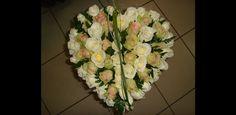 composition florale en forme de coeur pour la Saint Valentin Craft, Floral Wreath, Creations, Wreaths, Art Floral, Decor, Valentines Day Hearts, Heart Shapes, Floral Arrangement