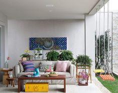 A varanda deste projeto do escritório Manarelli Guimarães Arquitetura tem balanços da Butkze, à venda na Mac Móveis.Gaiolas de metal da Velha Bahia e tela da Cris Molinari. Luminária da La Lampe, tapete da Casa Julio e sofá da Home Design.