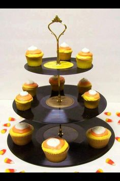 cupcake stand out of records Dessert Stand, Cupcake Stands, Cupcake Holders, Diy Cupcake, Rockabilly Wedding, Cd Crafts, Unique Desserts, Vintage Records, Records Diy