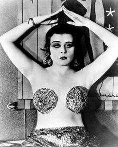 """El hallazgo en Granada de una caja de hojalata llena de fotogramas de actrices de Hollywood del cine mudo ha dado pie a la publicación de un libro. 'Mujeres de Cine. Ecos de Hollywood en España' analiza el impacto que tuvieron esas mujeres """"atrevidas"""" y """"liberadas"""" en el público español de la época. LISTA: 30 estrellas femeninas del cine clásico de Hollywood"""