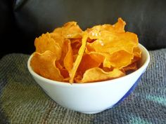 Tout Cru Dans Le Bec: Chips de patates douces Appetizer Recipes, Snack Recipes, Cooking Recipes, Snacks, Appetizers, Chips Au Four, Sweet Potato Chips, Dehydrated Food, Vegan Kitchen