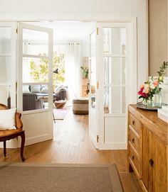 Este apartamento foi reformado pelo escritório Meritxell Ribé , que providenciou a entrada de luz natural eliminando paredes e corredores e...
