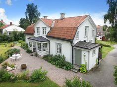 Bilder, Trädgård, Exteriör - Hemnet Inspiration Swedish Cottage, Swedish House, This Old House, Dutch Colonial, House Goals, Dream Decor, House Floor Plans, Home Interior, Home Fashion