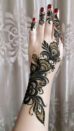 These stuning simple mehndi designs will suits you on every occassion. In Indian culture, mehndi is very important. Modern Henna Designs, Floral Henna Designs, Latest Bridal Mehndi Designs, Mehndi Designs 2018, Mehndi Designs For Beginners, Mehndi Designs For Girls, Mehndi Design Photos, Dulhan Mehndi Designs, Khafif Mehndi Design