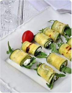★ Zucchini rolls with rucola ricotta (try fresh version with goat cheese) tip : make zucchini slices very thin Veggie Recipes, Appetizer Recipes, Diet Recipes, Snack Recipes, Cooking Recipes, Healthy Recipes, Appetizers, Bistro Food, Side Dishes