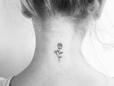 modèle de petit tatouage nuque femme, grande et petite rose, fille blonde, tattoo esthétique, discret