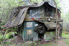Kirkkonummen Veklahden metsässä lepäilee Elis Sinistön omalaatuinen valtakunta, johon kuului lukuisia toisistaan poikkeavia rakennelmia.