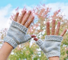 Quick, simple, and knit in the round - you'll want to make a pair in all your favorite colorways! These handwarmers are cozy for cool spring or fall days spent outdoors or chilly evenings under the afghan in winter, and perfect for summer night campouts. Knitting Patterns Free, Free Knitting, Free Pattern, Bazaar Crafts, Fingerless Gloves Knitted, Knit In The Round, Pattern Library, Hand Warmers, Knitting Projects
