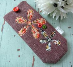 Glasses case - appliqued daisy design £8.50 Felt Crafts, Fabric Crafts, Sewing Crafts, Sewing Projects, Freehand Machine Embroidery, Machine Embroidery Applique, Handmade Bags, Handmade Crafts, Popular Crafts