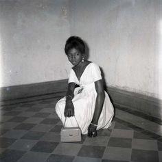 manufactoriel:  Avec mon sac, bague et bracelets, 1968 © Malick Sidibé
