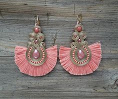 Candy - Pink and gold soutache earrings ! Fabric Jewelry, Boho Jewelry, Beaded Jewelry, Jewelery, Women Jewelry, Shibori, Soutache Necklace, Tassel Earrings, Fashion Earrings