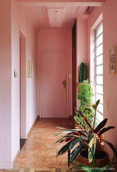 Corredor de entrada tem paredes e teto pintados de rosa, muitos vasos de plantas, quadros pendurados e janela de vidro. Interior And Exterior, Interior Architecture, Interior Design, Pink Room, Pink Walls, Living Room Colors, Room Decor Bedroom, Belle Photo, Home Decor Inspiration