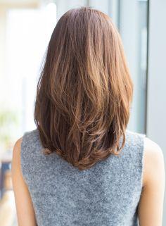 顔周りにボリュームがあると、それだけでふわっと華やかに(≧▽≦)トップを切り込むことでボリュームが出やすくなり、ペタッとしやすいところも気にならなくなります!!ひし形にシルエットはどの方にも似合うので、ファッションやシーンにも合わせやすく挑戦しやすい髪型ですよ。毛先にワンカールのパーマをかければスタイリングも簡単に♪