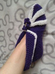 Nemiran Nurkkaus: Vauvan tossut Crochet Girls Dress Pattern, Crotchet Patterns, Baby Knitting Patterns, Knitted Booties, Knitted Slippers, Leg Pillow, Bed Socks, Feather Crafts, Knitting Socks