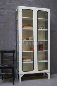 Apothekerskast Retro 10146 - Industriële ijzeren apothekerskast op hoge poten. Om het glas zit een zwarte rubberen rand, dit geeft de kast een stoere uitstraling! Het meubel heeft vijf legplanken daardoor een ideale kast om te gebruiken voor mooie blikvangers!