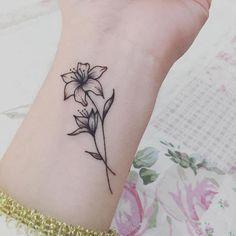 Inspirações de tatuagens delicadas para 2019 - Fotos e Imagens Tiger Lilly Tattoo, Lilly Flower Tattoo, Jasmine Flower Tattoos, Jasmine Tattoo, Delicate Flower Tattoo, Daffodil Tattoo, Flower Tattoo On Ankle, Flower Tattoo Shoulder, Small Lily Tattoo
