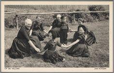 Vier jongevrouwen, twee meisjes en een jongen spelende een kringspel. Allen zijn gekleed in Veluwse streekdracht. 1905-1950 #Veluwe #Gelderland #oudedracht