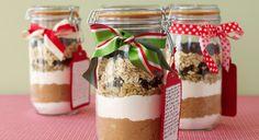 C'est la bonne idée cadeau facile et pas chère ! Rassemblez, dans un joli bocal, les différents ingrédients secs nécessaires à la préparation de la recette de votre choix et disposez-les ...
