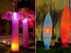 Coqueiros e pranchas de surfe dão um clima praiano à Festa Luau