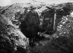 O premier francês Georges Clemenceau visita uma trincheira durante a Primeira Guerra