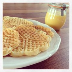 Sin-free yoghurt waffles for Sunday Sündenfreie Joghurtwaffeln zum Sonntagskaffee Low calorie yogurt waffles - Keto Foods, Keto Food List, Keto Snacks, Keto Recipes, Healthy Snacks, Cake Recipes, Dessert Recipes, Smoothie Recipes, Smoothies
