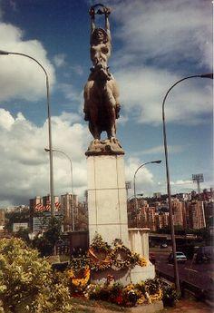 Estatua de María Lionza sobre Danta, ubicada en la Autopista Francisco Fajardo de Caracas, figura icono de la capital de Venezuela