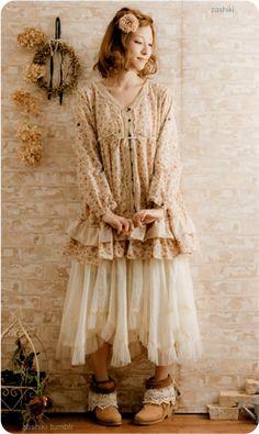 """Japanese """"Mori Girl"""" style (""""mori"""") veut dire forêt  on le porte avec une jupe et des accessoires rappelant la forêt <3 Comme des fleurs et des couronnes de fleurs ;o"""
