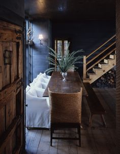 In the southern heat, the dark dining room in the this Alabama lake house is a soothing balm. Dark Interiors, Rustic Interiors, Beautiful Interiors, Hill Interiors, Home Interior Design, Interior And Exterior, Deco Champetre, Booth, Beautiful Space