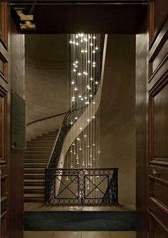 This garland looks soooo exquisite and stylish, if I had a house with stairs I would definitely have the one like this