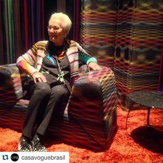 #Repost @casavoguebrasil with @repostapp.  #casavogueemmilão - No espaço da Missoni Home (@missonihome) Rosita Missoni mostra orgulhosamente um dos novos tecidos da marca  que pode ser usado de ambos os lados! Cool! #casavogueemmilão #casavogueemmilão2016 #salonedelmobile #iSaloni #design #casavogue / Acompanhe a cobertura completa do Salão do Móvel de Milão 2016 em casavogue.com.br #kk #kkorn #karinakorn #karinakorn #karinakornarquitetura #karina_korn_arquitetura #arquitetura #design #rho…